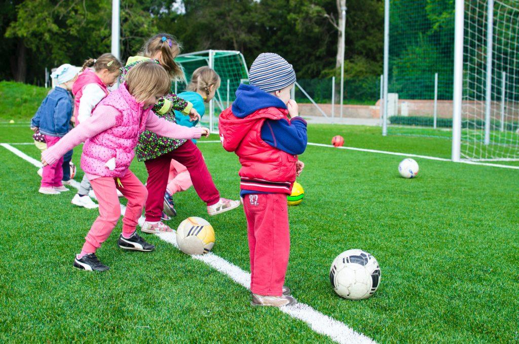 De Rank spelende kinderen voetbal