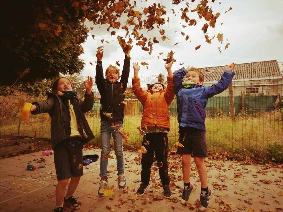 Kinderen spelen bladeren
